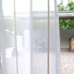 Transparenter Tagvorhang SIENA in weiss mit beigen Längsstreifen.