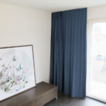 Blackout-Vorhang ABLION dunkelblau zum das Schlafzimmer komplett abdunkeln.