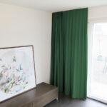 Blackout-Vorhang ABLION dunkelgrün zum das Schlafzimmer komplett abdunkeln.