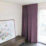 Blackout-Vorhang ABLION dunkelviolett zum das Schlafzimmer komplett abdunkeln.