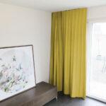 Blackout-Vorhang ABLION goldgelb zum das Schlafzimmer komplett abdunkeln.