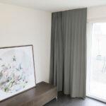Blackout-Vorhang ABLION grau zum das Schlafzimmer komplett abdunkeln.