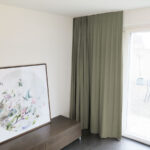 Blackout-Vorhang ABLION grau warm zum das Schlafzimmer komplett abdunkeln.