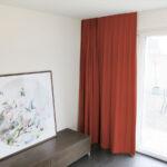 Blackout-Vorhang ABLION purpurrot zum das Schlafzimmer komplett abdunkeln.