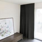 Blackout-Vorhang ABLION schwarz zum das Schlafzimmer komplett abdunkeln.