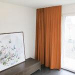 Blackout-Vorhang ABLION terracotta zum das Schlafzimmer komplett abdunkeln.