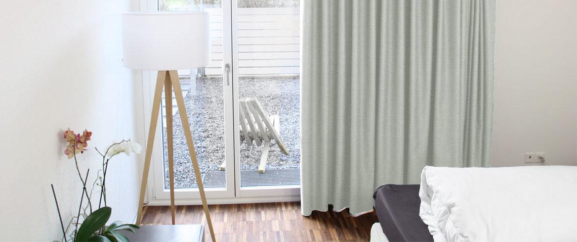sch ne schlafzimmer grauer vorhang. Black Bedroom Furniture Sets. Home Design Ideas